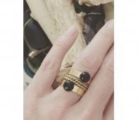 Ellen Beekmans vergulde ring edelsteen zwart goudkleurig